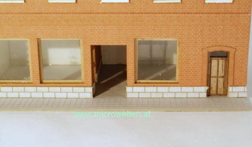 Genossenschaftshaus Backstein mit zwei Läden N